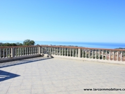 Detached villa on 3 levels with wonderful sea view terrace and garden