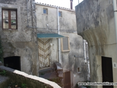 Semi-detached house on 3 levels in the old town of S.Domenica Talao