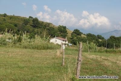 Casa rurale con terreno agricolo pianeggiante
