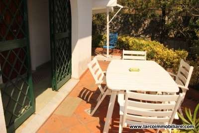 Ground-floor apartment with large garden in a touristic location
