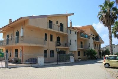 Appartamento al piano terra con quattro camere da letto e garage