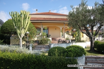 Villa indipendente con giardino e splendida vista mare