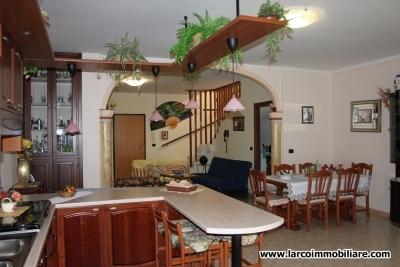 Splendida Villa bifamiliare su tre livelli con terreno agricolo di 11.544 mq