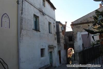 Casa su due livelli da ristrutturare nel centro storico di Scalea