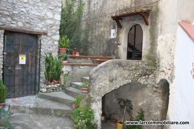Appartamento ristrutturato su 2 livelli nel centro storico di Scalea