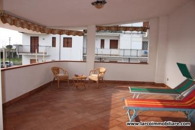 Appartamento al primo piano con ampio terrazzo ed a 100 metri dal mare
