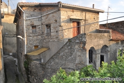 Ancient building on 3 levels in the old town of S.Domenica Talao