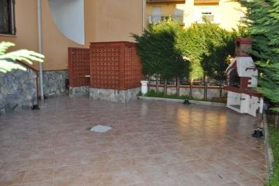 Appartamento su due livelli con corte esterna pavimentata