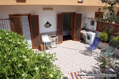 Appartamento arredato con ampia corte esterna pavimentata